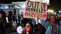 Ir al VideoDisturbios en la universidad californiana de Berkeley contra el director de una web supremacista blanca