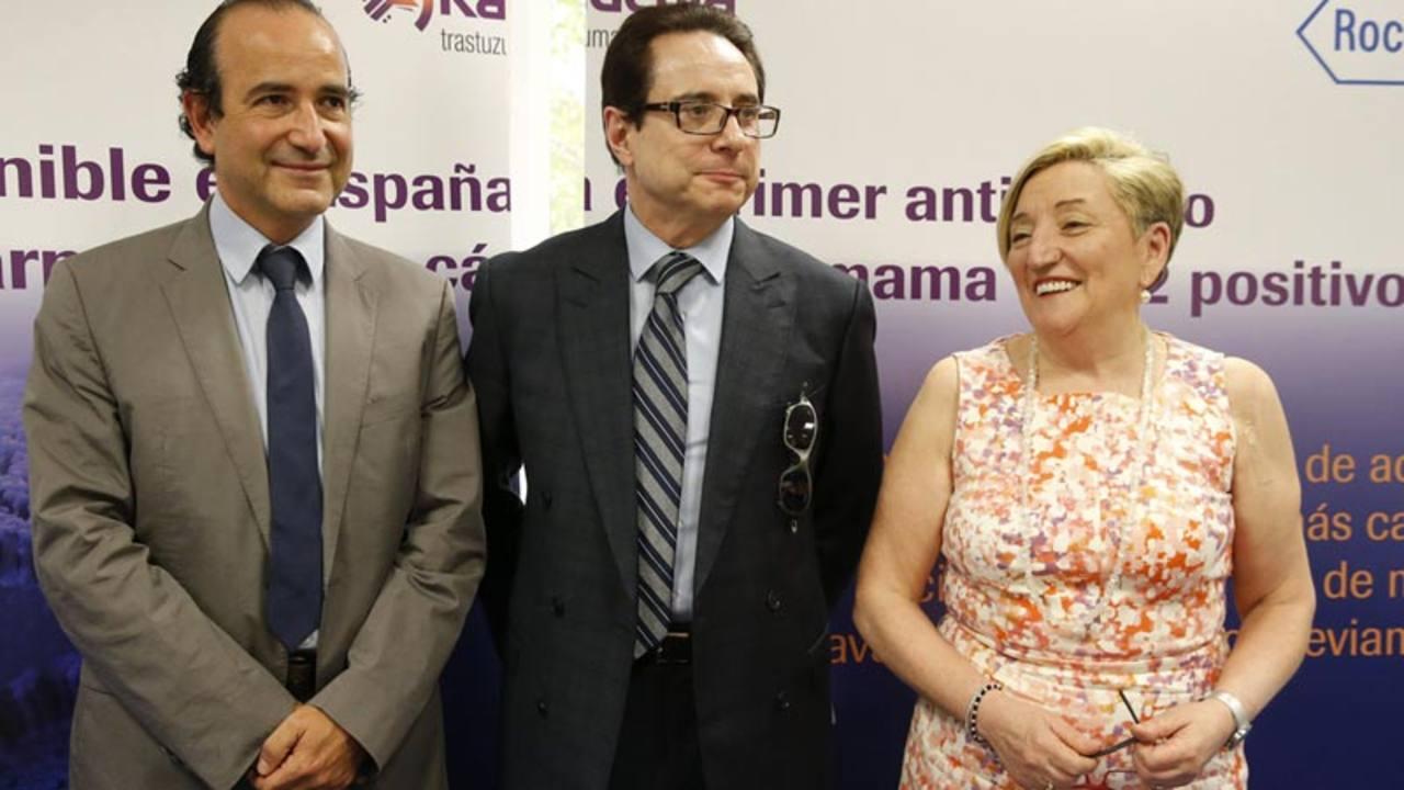 Los doctores Joan Albanell (Hospital del Mar), Miguel Martín (Hospital Gregorio Marañon) y Ana Lluch en la presentación del fármaco contra el cáncer de mama.