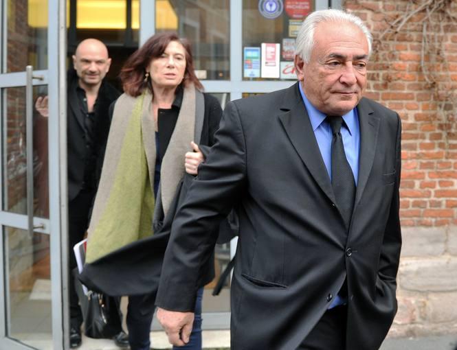 Dominique Strauss-Kahn a la salida de su hotel en la ciudad francesa de Lille