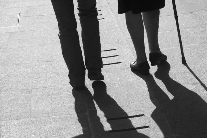 Dos ancianos paseando por la calle