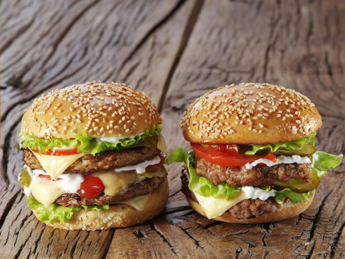 Dos hamburguesas dobles.