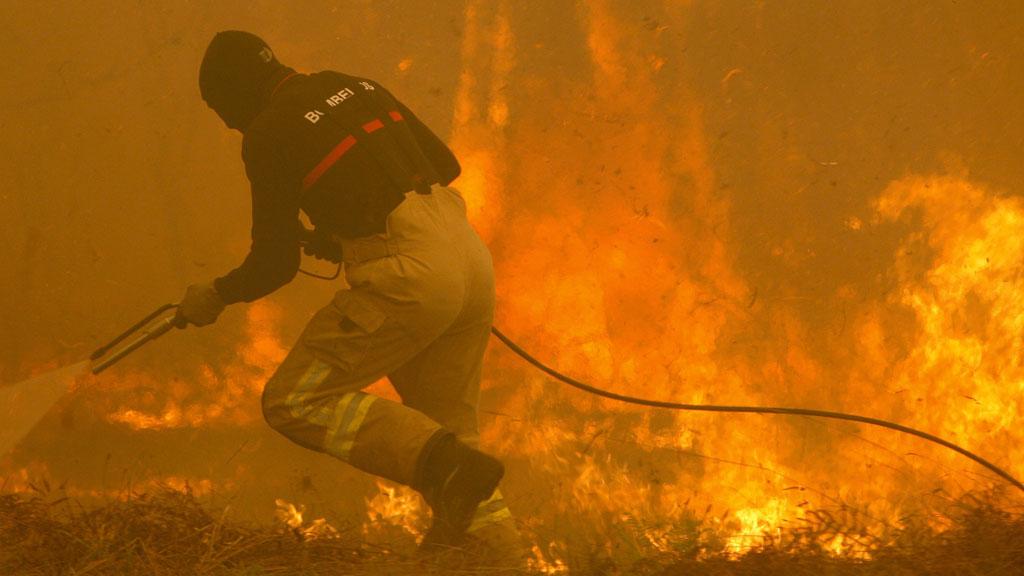 Dos muertos y poblaciones asediadas por los incendios en Galicia