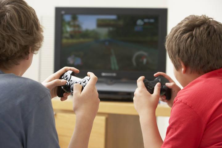 Dos niños jugando a un videojuego.