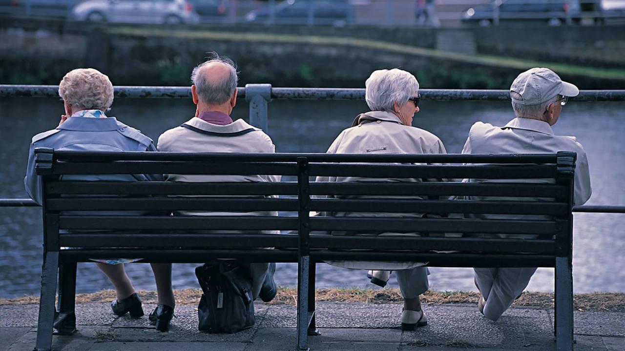 Dos parejas de jubilados en un banco