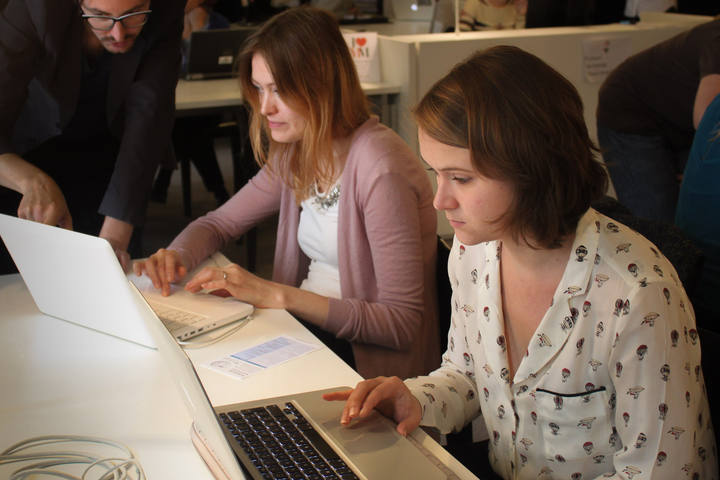 Dos participantes en el 'editatón' de Europeana Fashion el 23 de septiembre en Amberes.