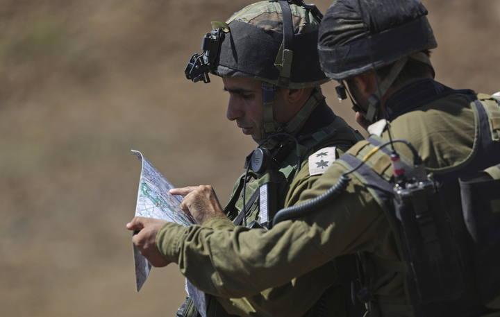 Dos soldados israelíes observan un mapa durante una operación militar