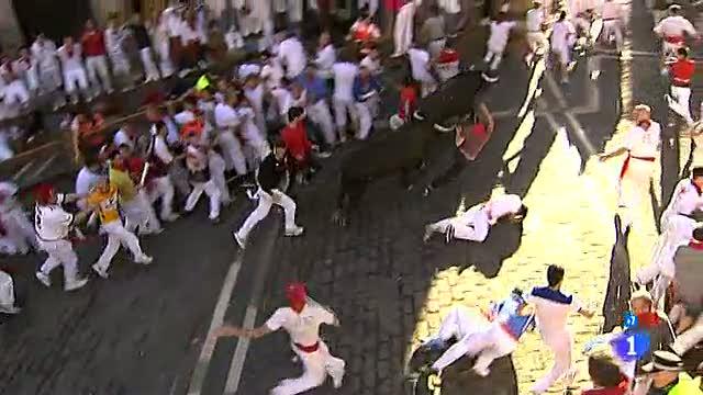 Los dos toros destacados arrollan a dos mozos en el Ayuntamiento