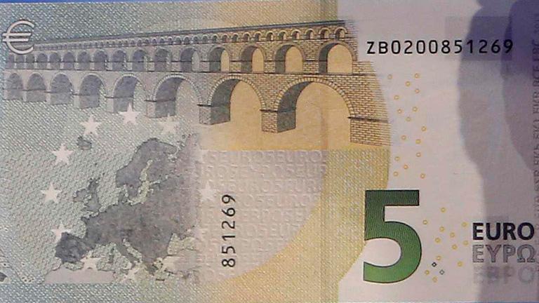 el presidente del banco central europeo presenta los billetes de cinco euros que circular n en. Black Bedroom Furniture Sets. Home Design Ideas