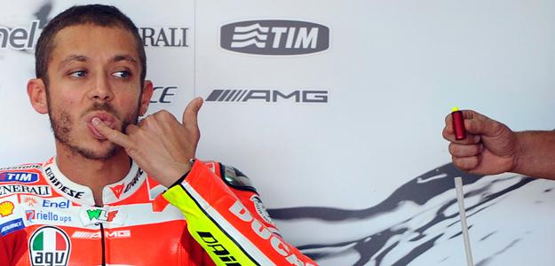 Rossi en el box de Ducati durante el Gran Premio de Aragón de la temporada 2011.