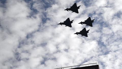 Ir al VideoDurante el desfile no se detectó ningún problema en el Eurofighter que pilotaba el capitán Borja Aybar