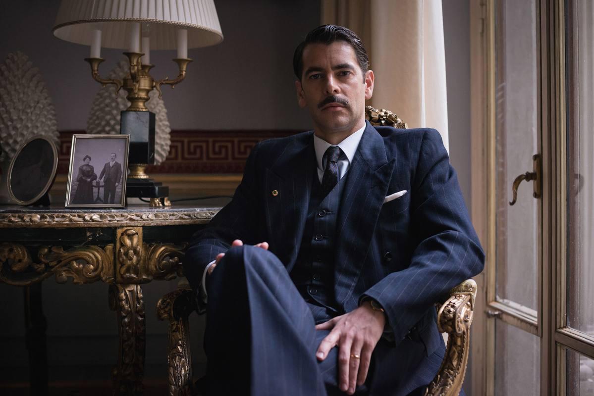 Eduardo Noriega interpreta al notario Rafael Figueroa