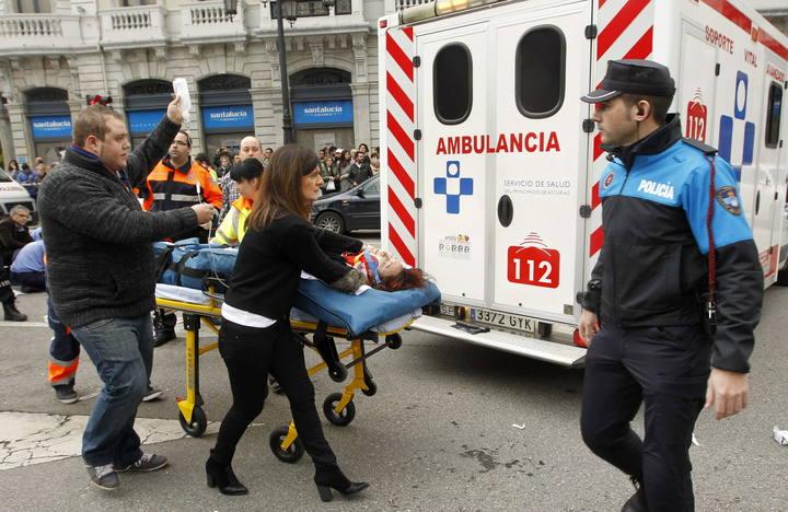 Efectivos de los servicios médicos, Policía Municipal y voluntarios atienden a una de las siete personas que han resultado heridas