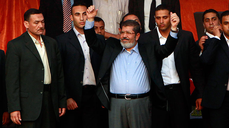 Morsi jura simbólicamente ante Tahrir y se crece ante Junta Militar egipcia