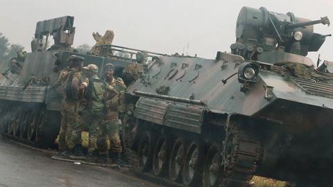 Resultado de imagen de El Ejército de Zimbabue toma el poder y retiene al presidente Mugabe
