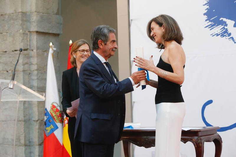 elena ochoa recibe el premio de manos de miguel ngel revilla presidente de la comunidad