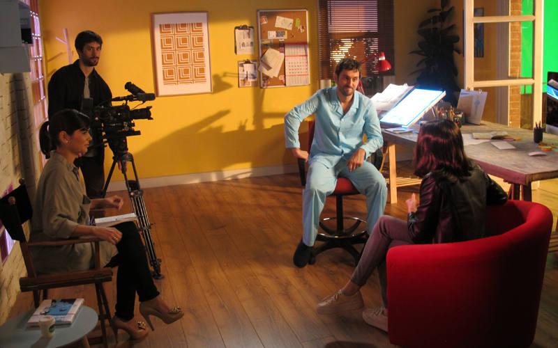 Elena Sánchez, Raúl Arévalo y María Castro en un momento del rodaje de 'Memorias de un hombre en pijama'