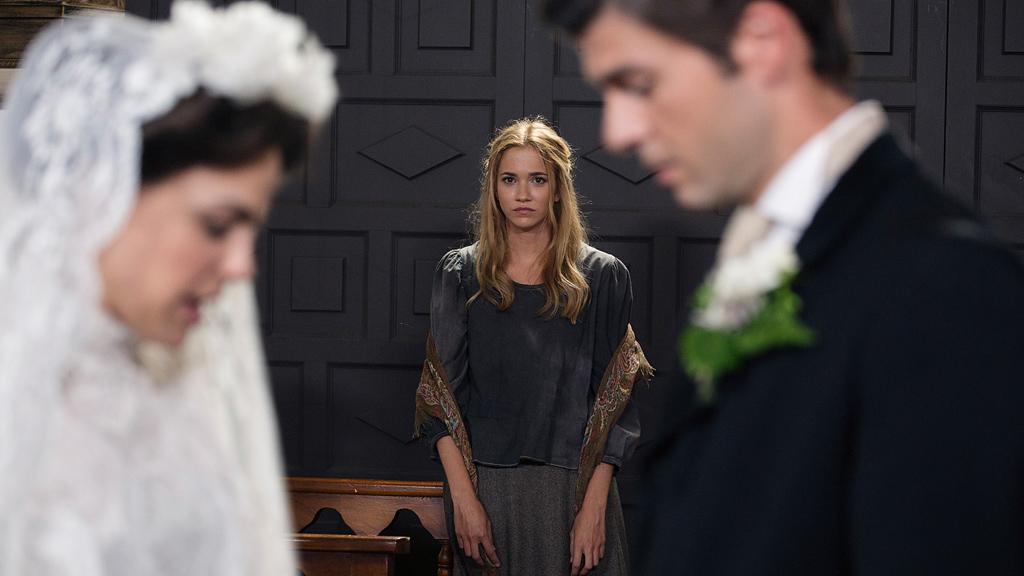 Acacias 38 - Elvira aparece en la boda de Simón