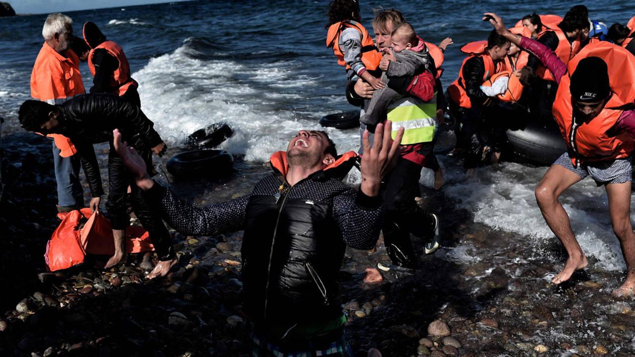 Una embarcación con refugiados llega a las costas de Lesbos el pasado 28 de octubre