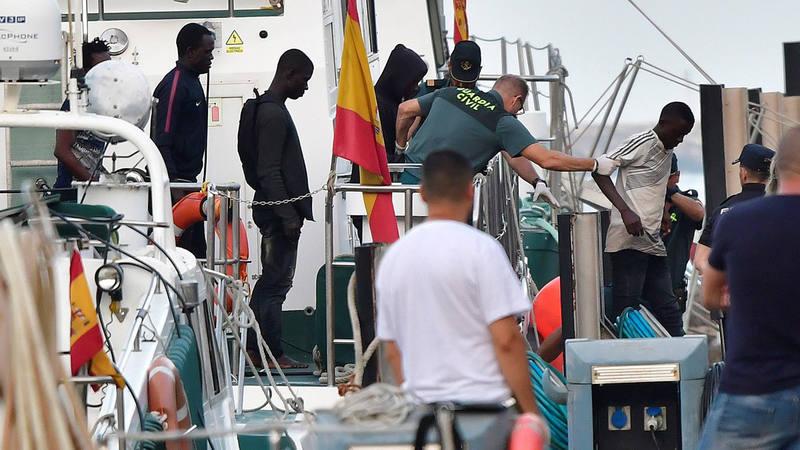 La embarcación de Salvamento Marítimo Salvamar Hamal llega al puerto de Almería con 57 inmigrantes de origen subsahariano