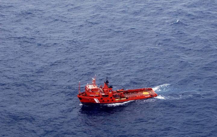 Una de las embarcaciones encargadas de la recogida del combustible derramado