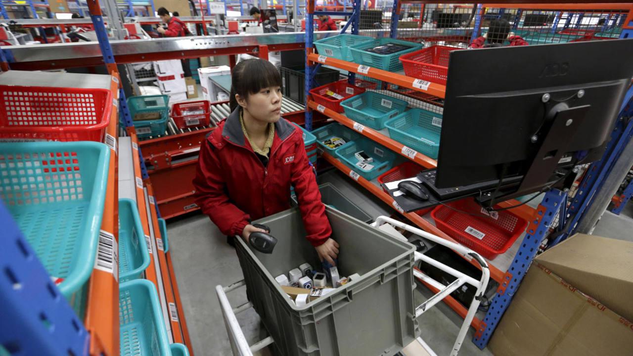 Una empleada en el centro logístico de JD en la ciudad china de Langfang