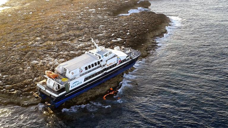 """Se desconocen los motivos por los que el ferry """"Maverick Dos"""" encalló en el islote"""