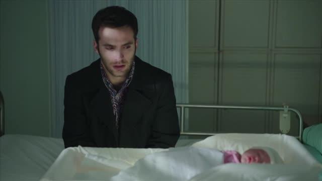Cuéntame cómo pasó - El encuentro de Mauricio, Carlos y Karina en el hospital