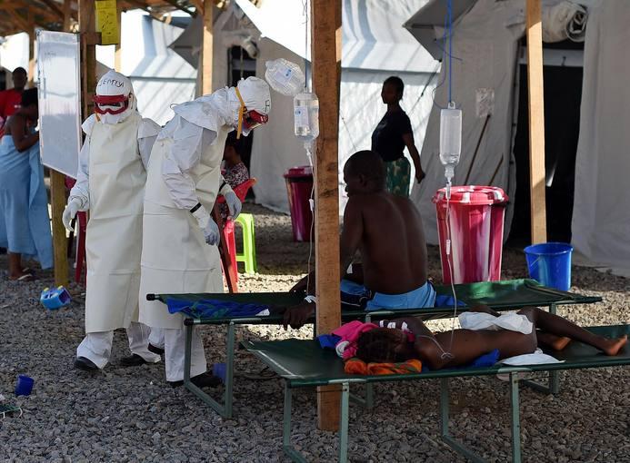Enfermeras con equipación de protección contra el ébola en un hospital del este de Sierra Leona, en mayo de 2014.