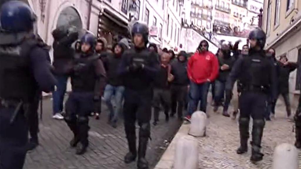 Ir al VideoEnfrentamientos entre hinchas del Atlético y Sporting en Lisboa