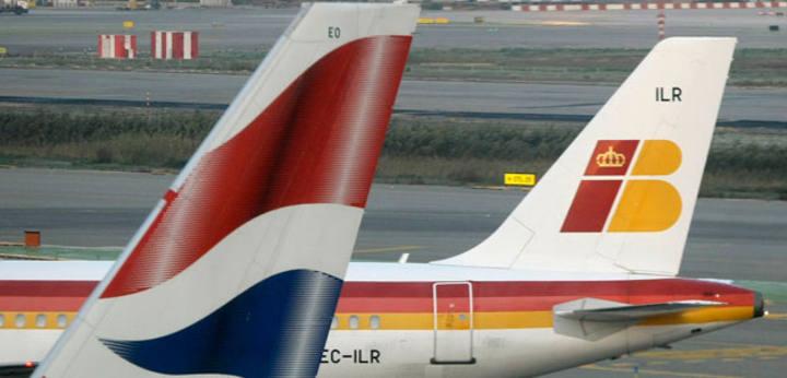 Enseñas de British Airways e Iberia en las colas de dos de sus aviones