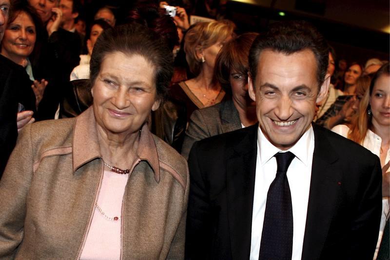 El entonces candidato presidencial Nicolas Sarkozy y la eurodiputada Simone Veil durante un acto de campaña en París el 6 de abril de 2017