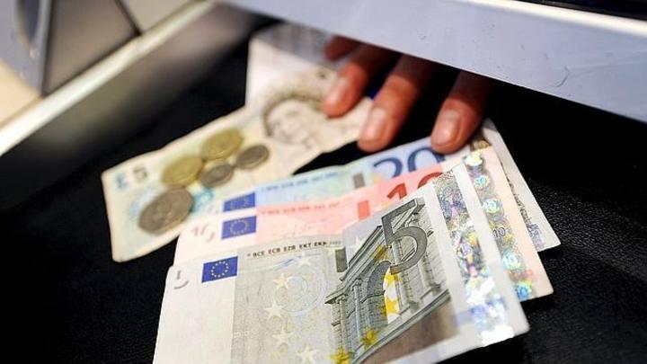 Entrega de billetes en una ventanilla