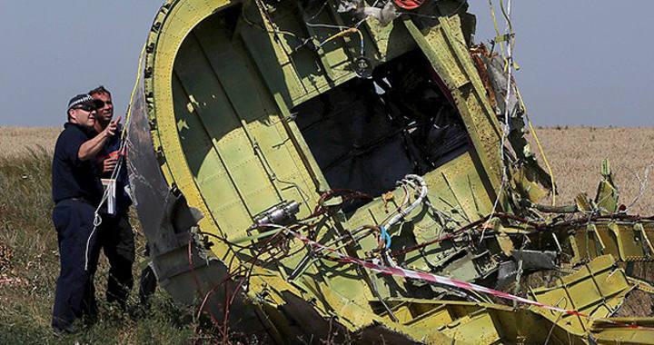 Un equipo de 70 profesionales holandeses y australianos examinan los restos del vuelo MH17 derribado por un misil al este de Ucrania