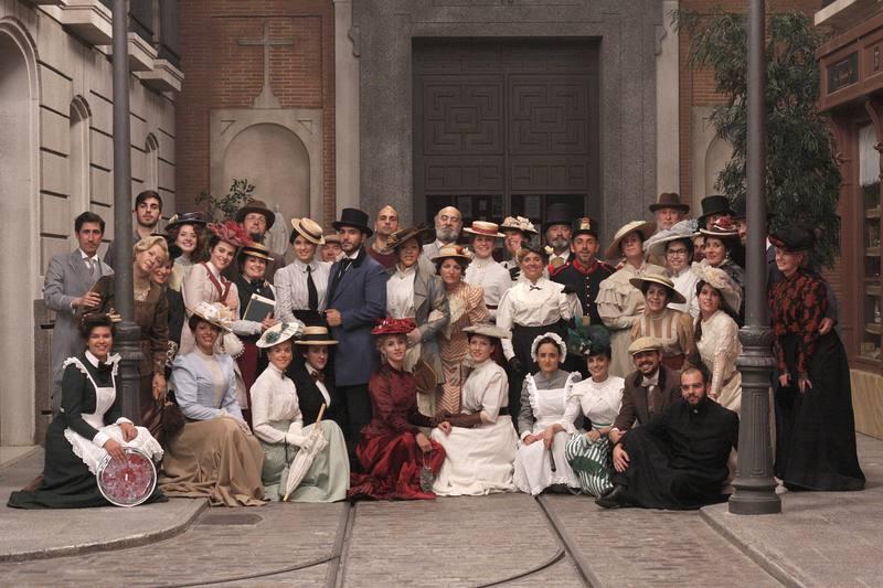 El equipo de Boomerang TV con las actrices tras la grabación de la escena