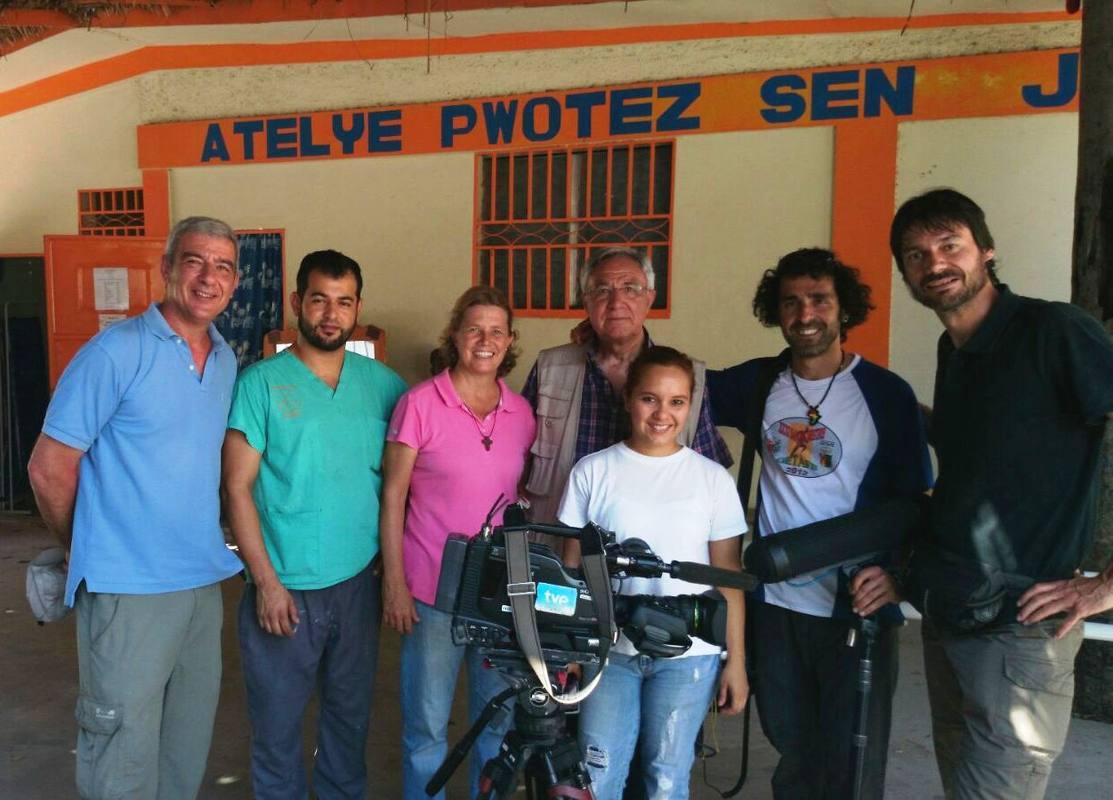 El equipo de RTVE en Haití junto a la misionera Isabel Solá, el día de la grabación del reportaje