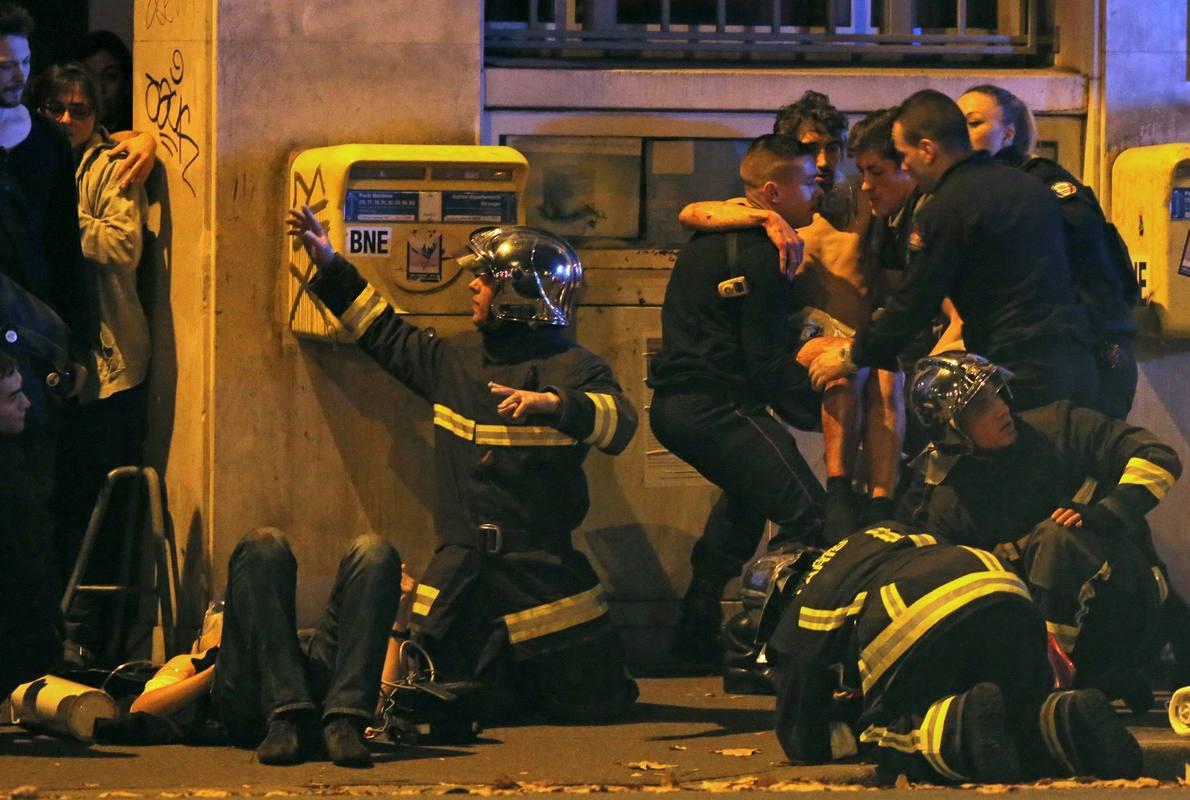 Equipos de bomberos atienden a varios heridos cerca de la sala de conciertos Bataclan