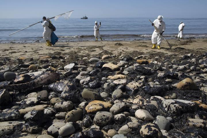 Equipos de limpieza recogen el petróleo vertido en la playa de Refugio State cerca de Goleta, California