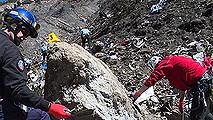 Ir al VideoLos equipos de rescate buscan una vía terrestre para trasladar las piezas más grandes del avión