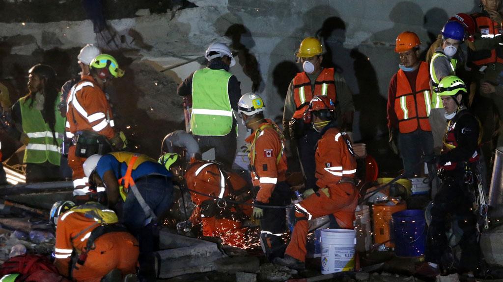 Los equipos de rescate continúan trabajando entre los escombros del Colegio Enrique Rebsamen en Ciudad de México