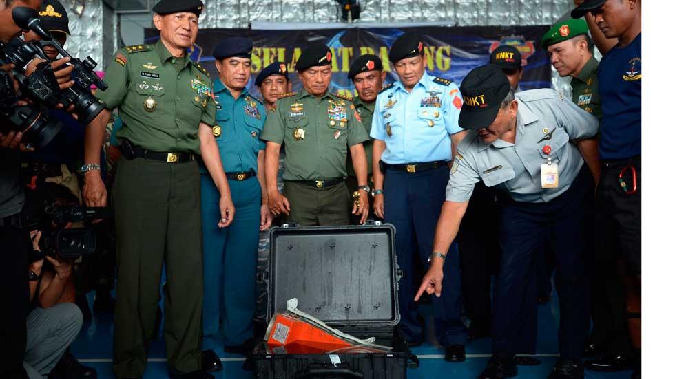 Los equipos de rescate recuperan una de las dos cajas negras del avión de AirAsia