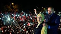 Ir al VideoErdogan gana el referéndum para reforzar su poder con el 51% de los votos y la oposición impugará el resultado