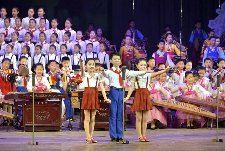 http://img.rtve.es/imagenes/escolares-pyongyang-actuacion-para-celebrar-nuevo-ano/1420048292280.jpg