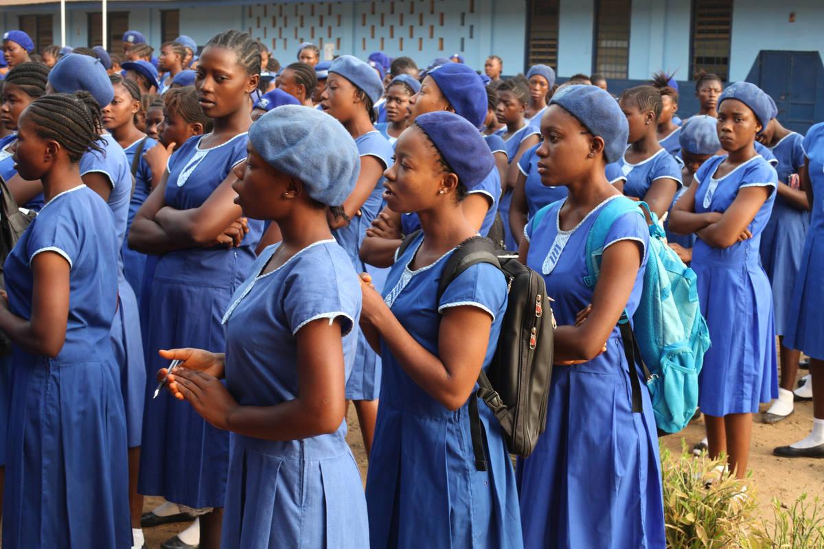 Escolares a la salida del colegio en Sierra Leona.