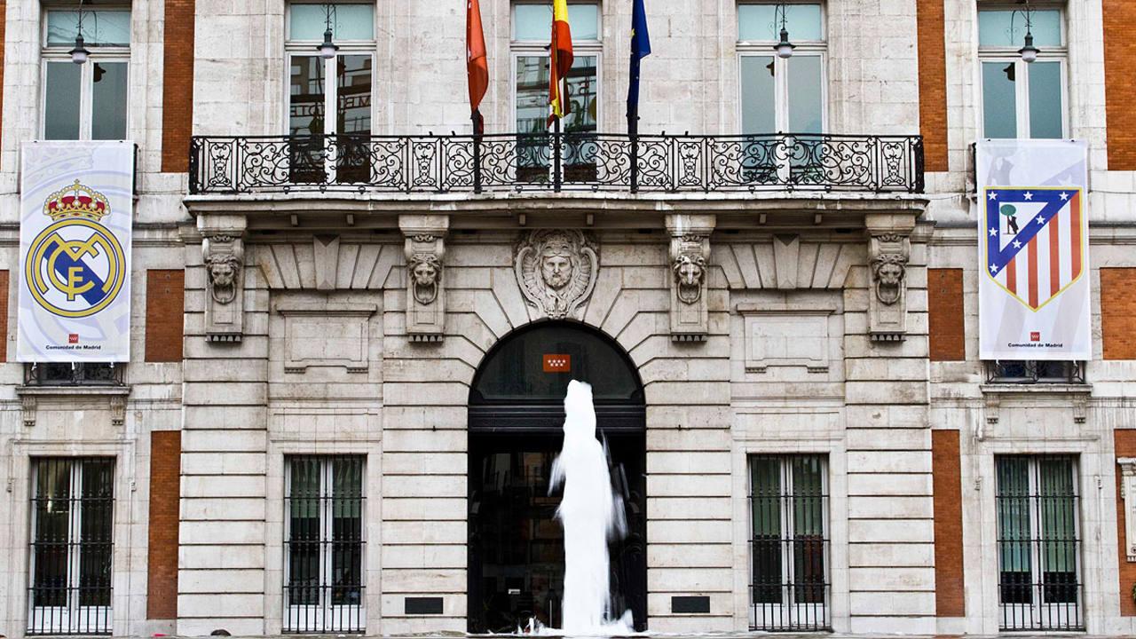 Los escudos de atl tico y real presiden la sede de la for Casa correos madrid