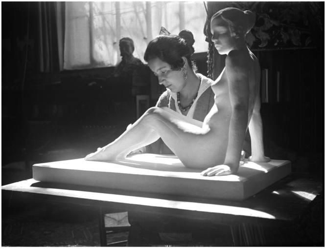 """La escultora Helena Sorolla, trabajando en """"Desnudo de mujer"""""""