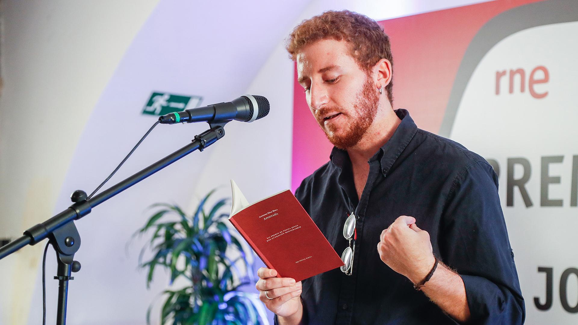 Ir al VideoEspeciales RNE - Antonio Díaz Mola recoge el XII Premio de Poesía Joven RNE y Fundación Montemadrid
