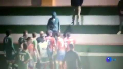 Ir al VideoUn espectador amenaza con violar a una árbitra de 16 años en Fuerteventura