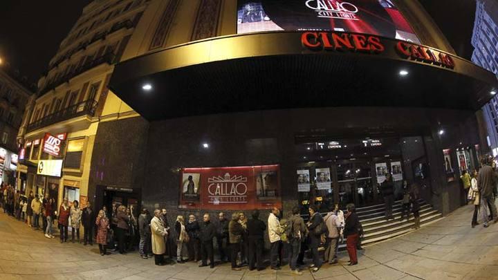 Espectadores haciendo cola en el Cine Callao de Madrid