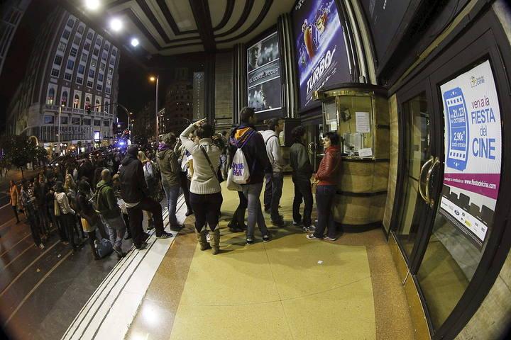 Espectadores haciendo cola en un cine de Madrid