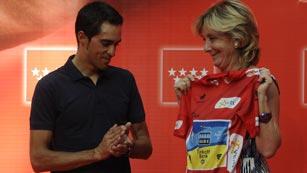 Esperanza Aguirre homenajea al campeón de la Vuelta 2012, Alberto Contador